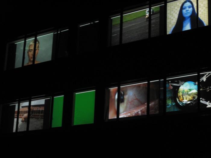 """""""Sehen und gesehen werden"""" Medienwand (Video """"der nackte Spion"""") - Hochschule für Technik und Wirtschaft  Installation als Medienwand"""