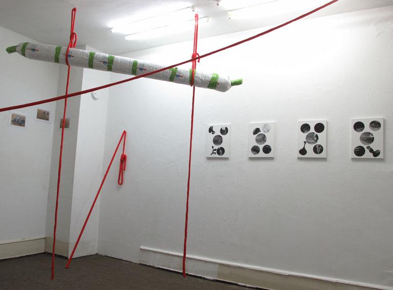 Installation Bergungsarbeit I, Intervention with a red rope, Tatorte I - IV